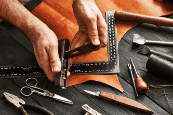 artigiano che lavora la pelle